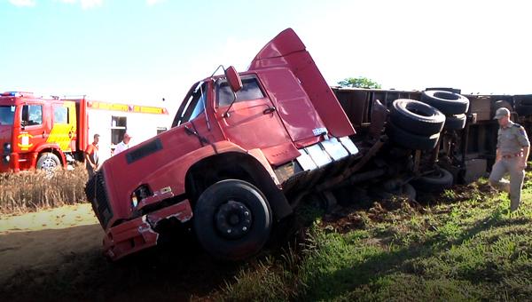 BR 369: caminhão de Santa Catarina tomba após bater em Palio